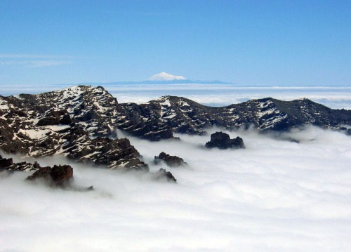 La Caldera nevada y Teide cubierto de nieve al fondo