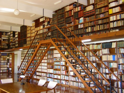Biblioteca y escalera