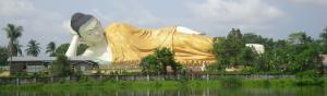 Buda dorado acostado