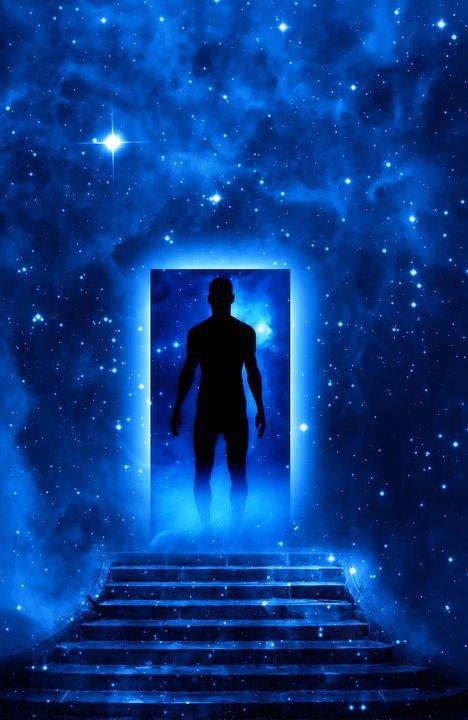 Hombre ante puerta cósmica